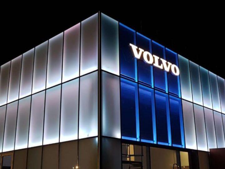 Eclairage moderne d'une façade en verre dépoli, ambiance 21ème Siècle